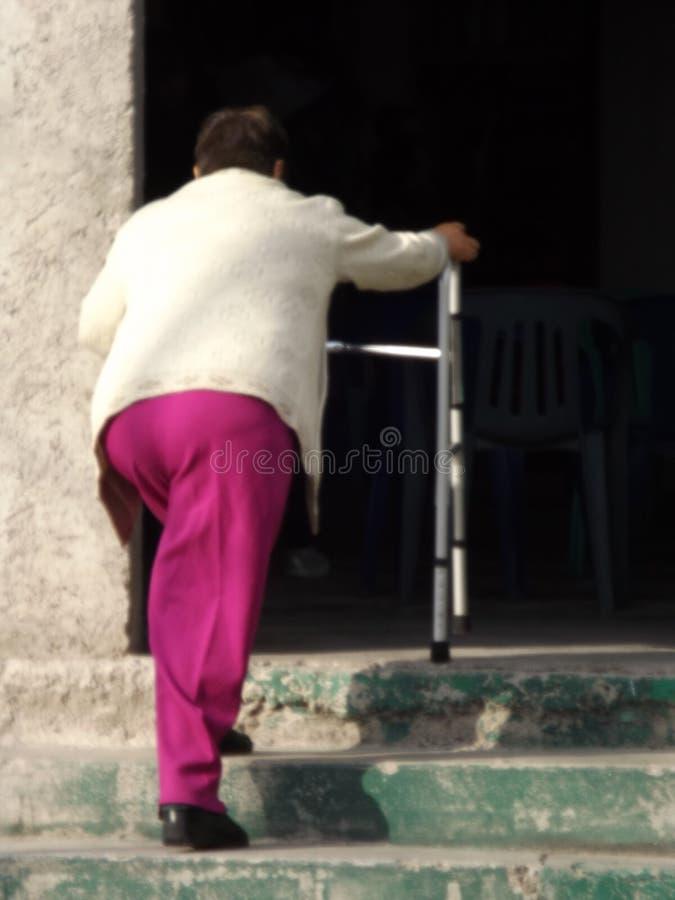 Escaleras di subiendo di andadera di raggiro di Mujer fotografie stock libere da diritti