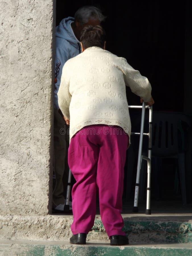 Escaleras di subiendo di andadera di raggiro di Mujer fotografie stock