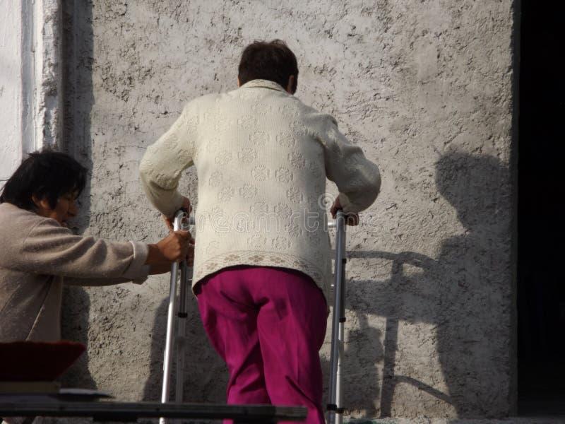 Escaleras di subiendo di andadera di raggiro di Mujer fotografia stock