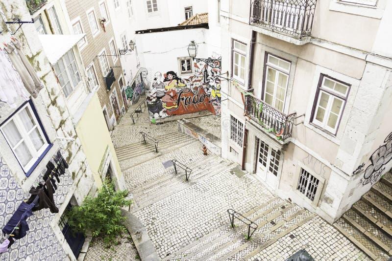 Escaleras en el distrito de Alfama, Lisboa fotos de archivo