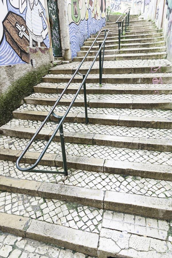 Escaleras en el distrito de Alfama, Lisboa imagenes de archivo