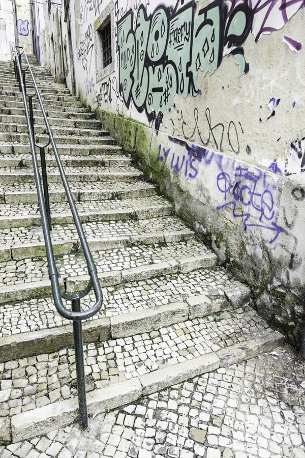 Escaleras en el distrito de Alfama, Lisboa fotografía de archivo