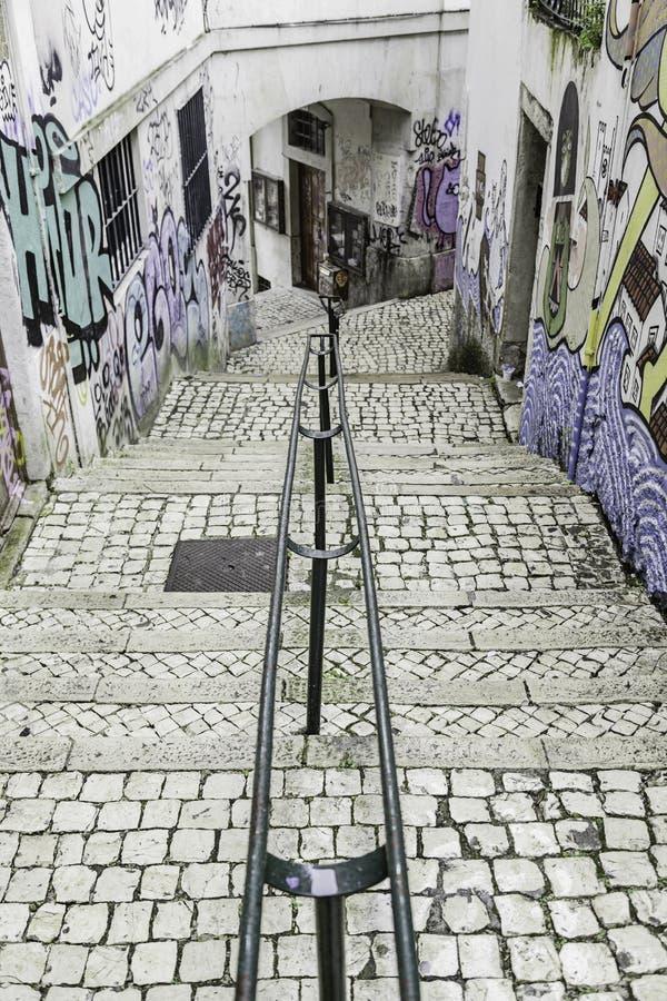 Escaleras en el distrito de Alfama, Lisboa foto de archivo libre de regalías