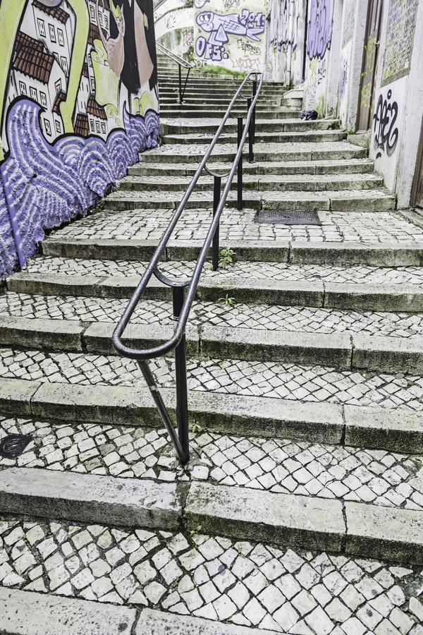 Escaleras en el distrito de Alfama, Lisboa imagen de archivo libre de regalías