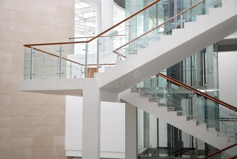 Escaleras en el edificio foto de archivo