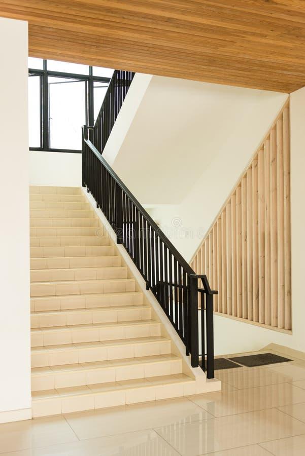 Escaleras en interior moderno del chalet imágenes de archivo libres de regalías
