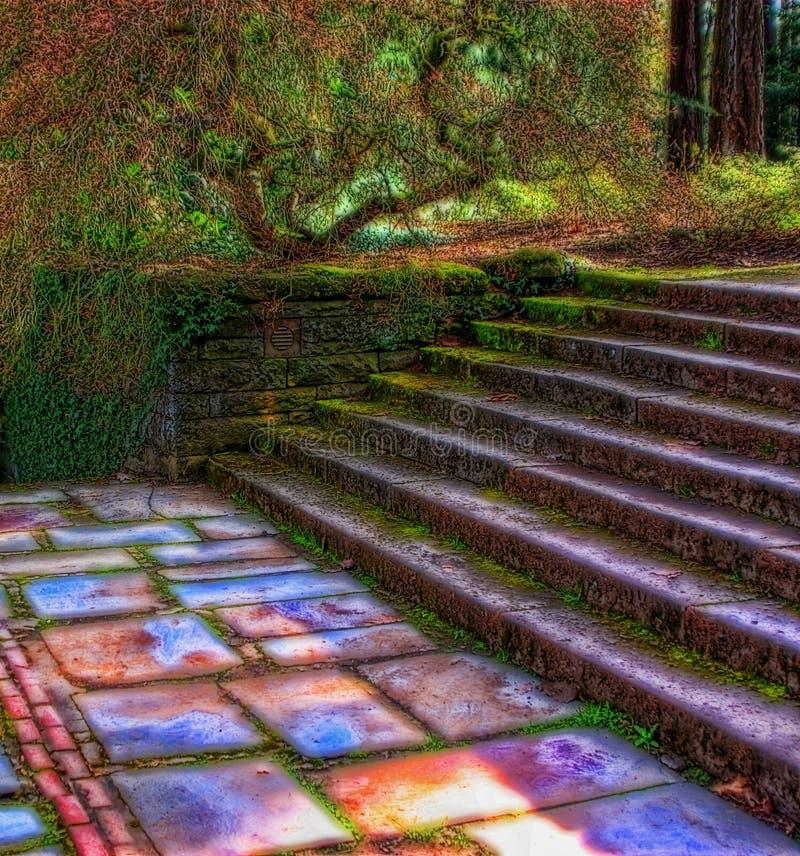 Escaleras en jardín fotografía de archivo libre de regalías