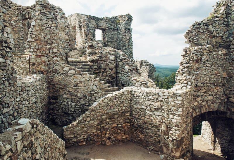Escaleras en la ruina del castillo Hrusov, Eslovaquia, patrimonio cultural imagen de archivo libre de regalías
