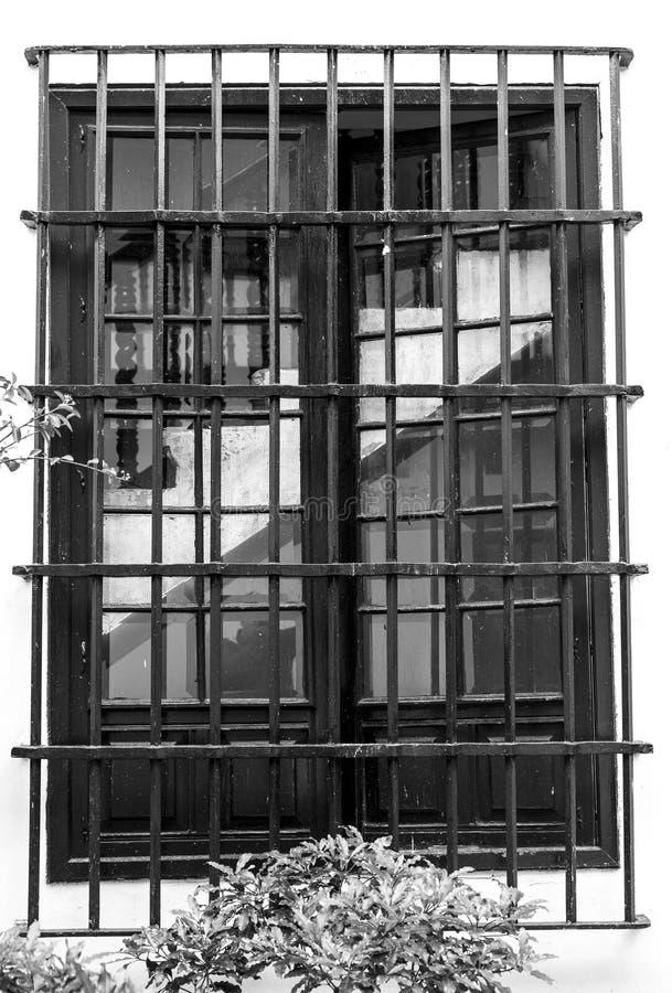 Escaleras en la ventana en cárcel imagen de archivo