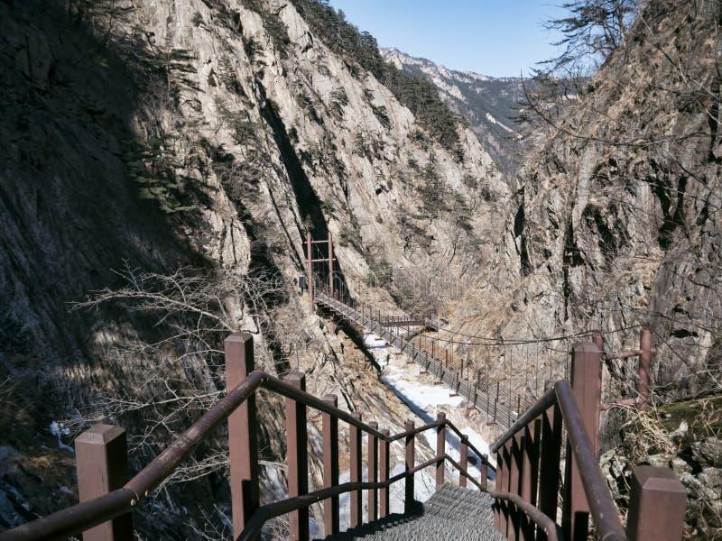Escaleras en las montañas y la gran vista a las montañas hermosas Seoraksan imagen de archivo libre de regalías