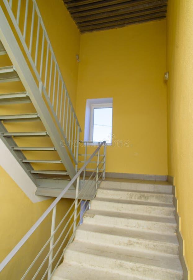escaleras en pasillo del edificio escalera en una casa moderna de la clase de economía imágenes de archivo libres de regalías