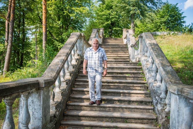 Escaleras envejecidas centro del hombre fotos de archivo