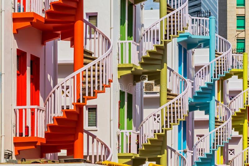 Escaleras espirales coloridas del pueblo de Bugis imagen de archivo