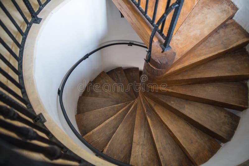 Escaleras espirales del castillo hechas por la madera fotografía de archivo libre de regalías