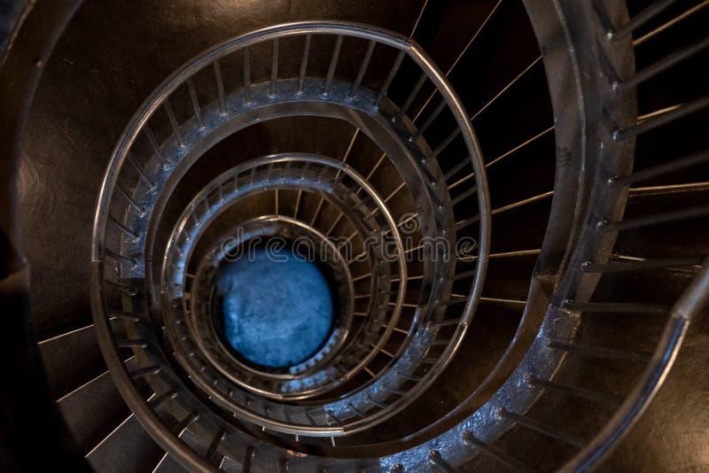 Escaleras espirales dentro del museo de Zeitz Mocaa de Art Africa contemporáneo, en la costa de V&A, Cape Town, Suráfrica foto de archivo libre de regalías