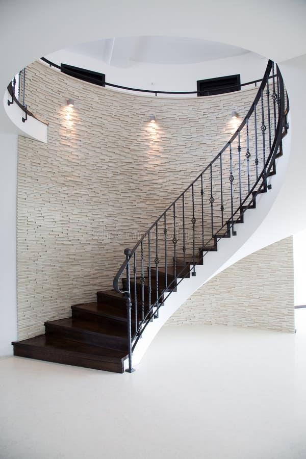 Escaleras espirales interiores foto de archivo