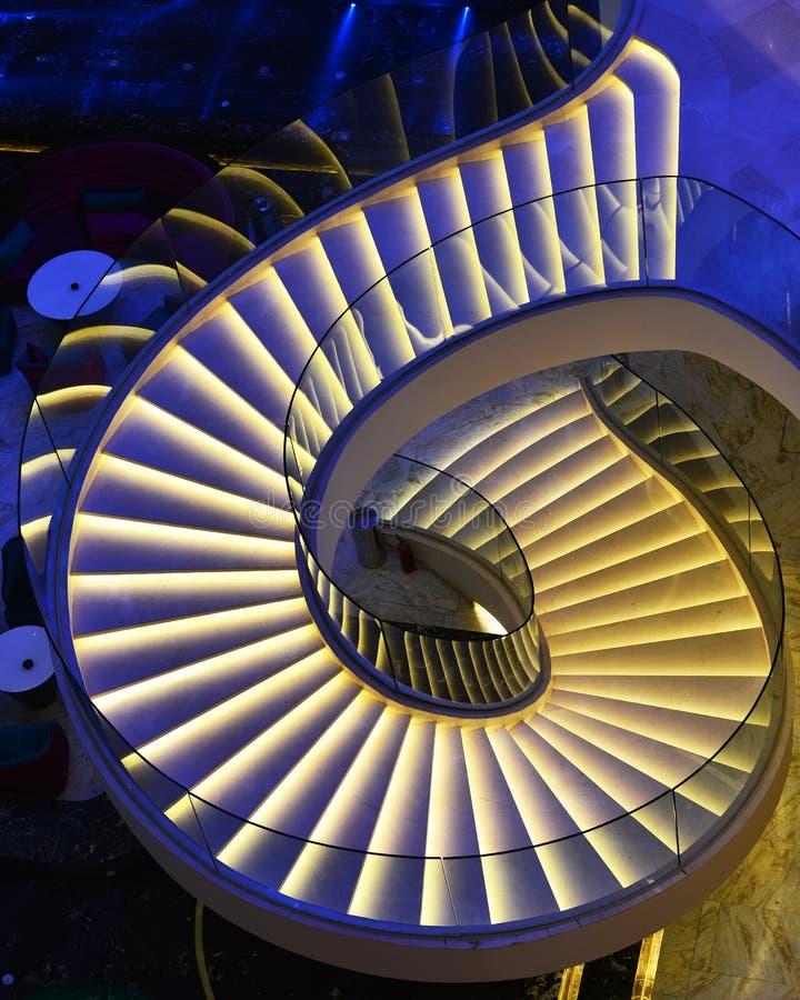 Escaleras espirales modernas adornadas con la luz llevada imagen de archivo