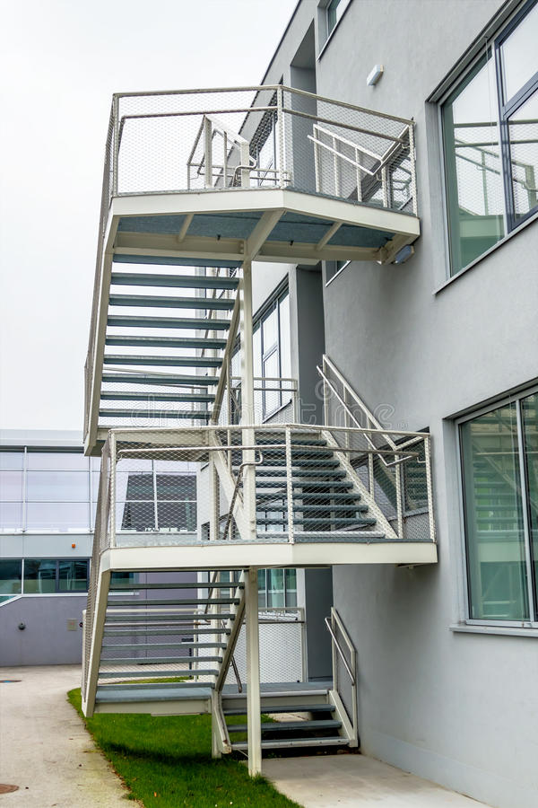 Escaleras exteriores constructivas foto de archivo for Escaleras exteriores