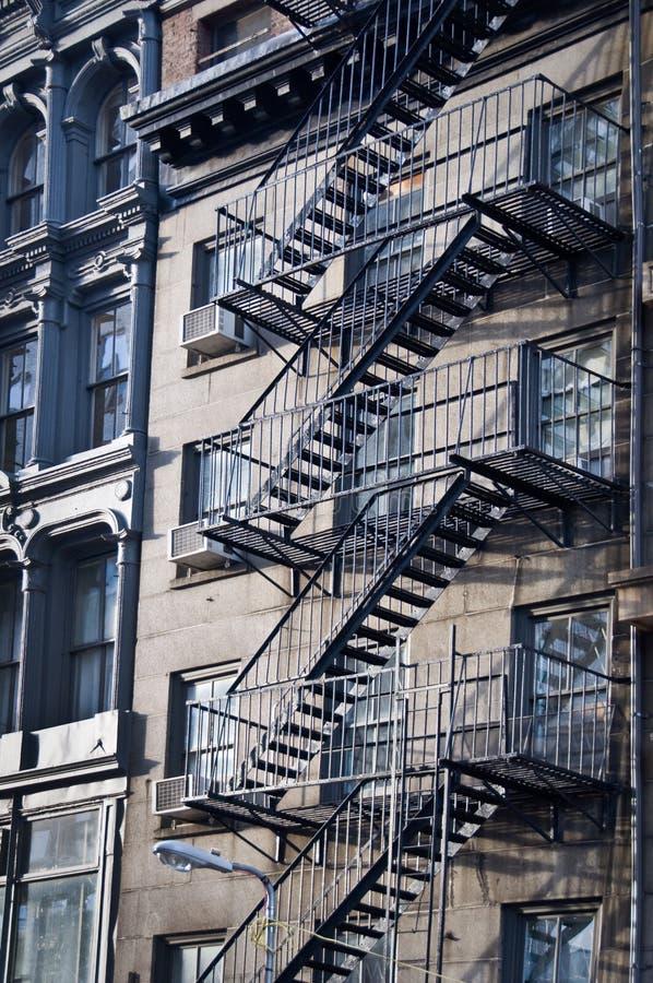 escaleras exteriores de la salida de incendios del metal nueva york foto de archivo