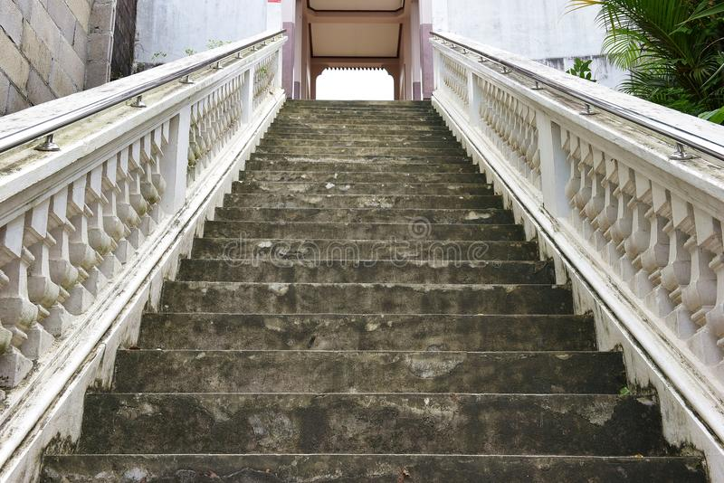 Escaleras hasta el templo, Tailandia, un edificio dedicado a la adoración, o mirado como el lugar de vivienda, o imagen de archivo libre de regalías