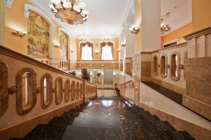 Escaleras internas en la casa central de la cultura imágenes de archivo libres de regalías