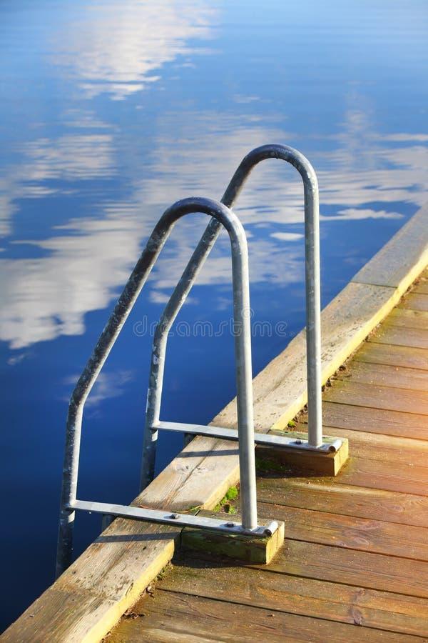 Escaleras a la agua de mar imagen de archivo