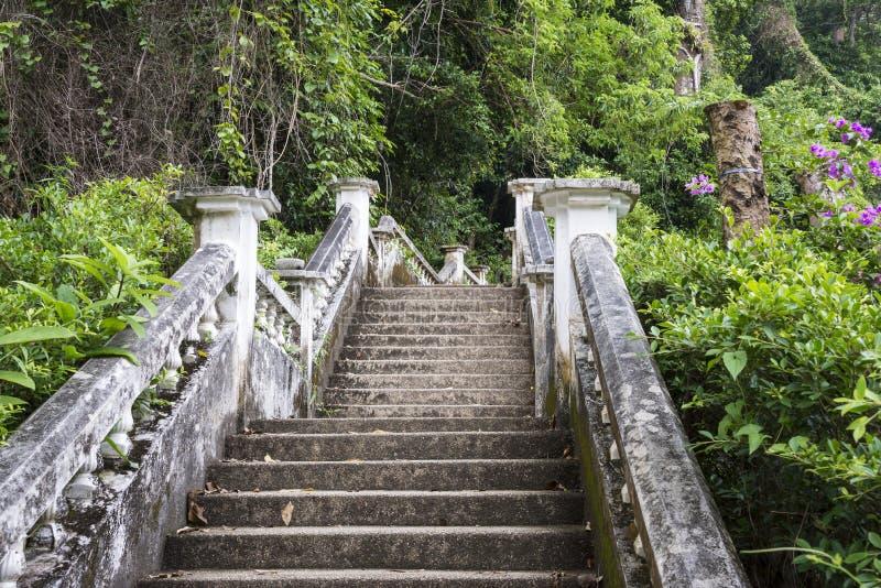 Escaleras a la cascada de Kathu en Phuket, Tailandia Día 25 de diciembre de 2018 fotos de archivo
