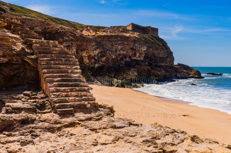 Escaleras a la playa del Oc?ano Atl?ntico en el Nazare en Portugal imagenes de archivo