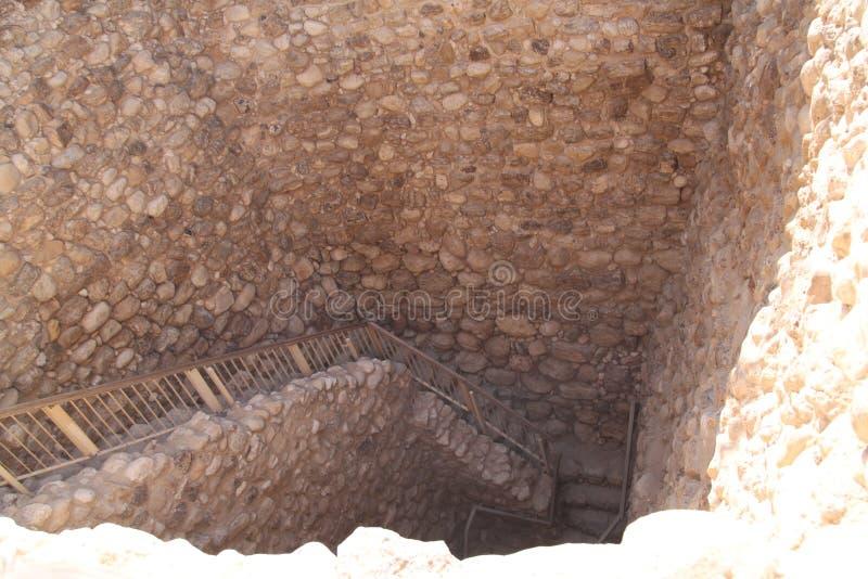 Escaleras a las ruinas de la fábrica del agua, cerveza Sheva, Israel del teléfono imagen de archivo