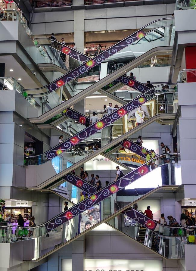 Escaleras móviles de mudanza en el centro comercial de MBK foto de archivo