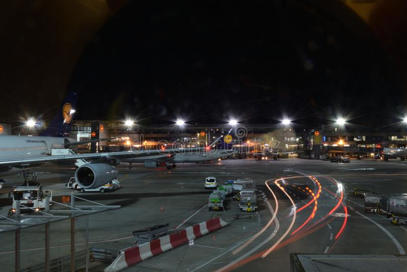 Escaleras móviles en el aeropuerto fotos de archivo