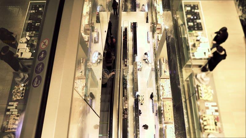 Escaleras móviles en una alameda de compras moderna, visión desde arriba foto de archivo libre de regalías