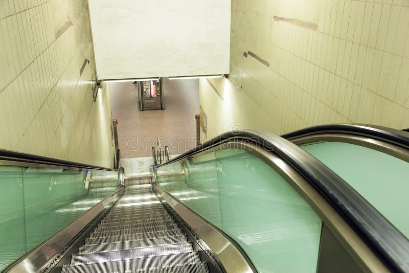 Escaleras móviles en una estación de metro imagen de archivo