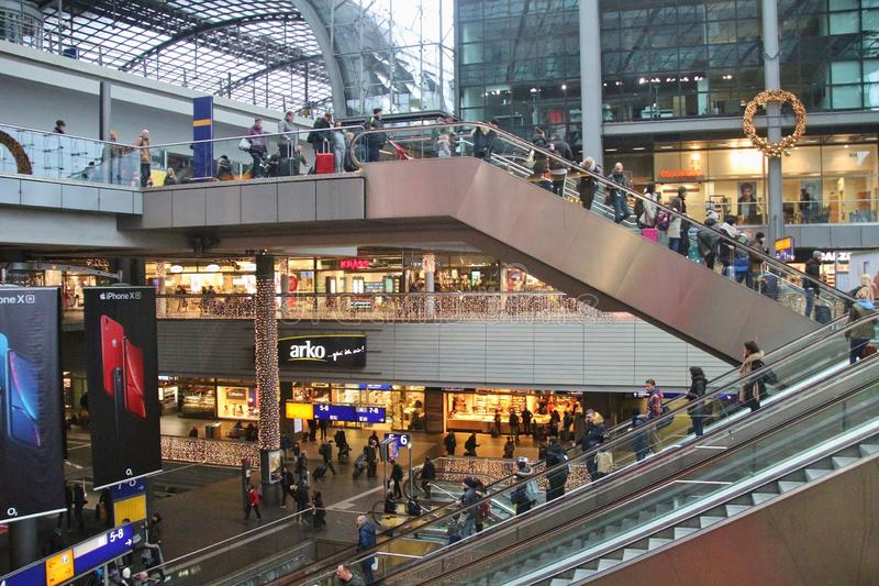 Escaleras móviles y viajeros en el ferrocarril principal de Berlín, Alemania fotografía de archivo libre de regalías