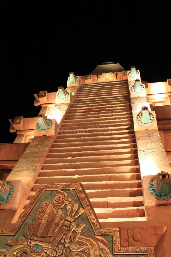 Escaleras mayas de la pirámide en la noche imagen de archivo libre de regalías