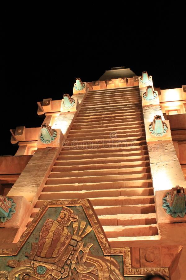 Escaleras mayas de la pirámide en la noche imagenes de archivo