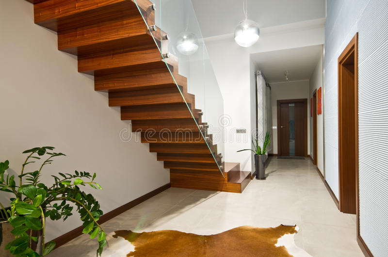 Escaleras modernas con la barandilla de cristal imagen de for Barandillas escaleras interiores precios