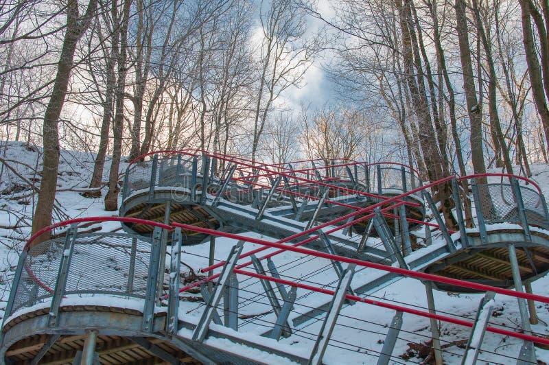 Escaleras modernas del metal cubiertas por la nieve fotos de archivo libres de regalías