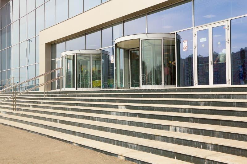 Escaleras Modernas Que Llevan A Un Edificio De Oficinas