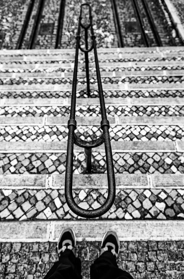 Escaleras mojadas viejas en la ciudad imagen de archivo libre de regalías