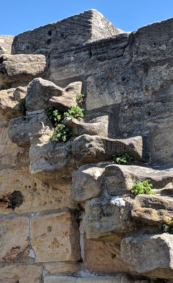 Escaleras muy viejas hechas de la piedra arenisca fotos de archivo