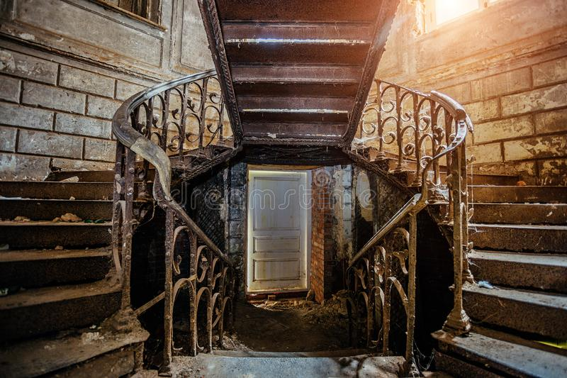 Escaleras oxidadas del vintage del hierro con los remaches en la mansión abandonada vieja fotografía de archivo libre de regalías