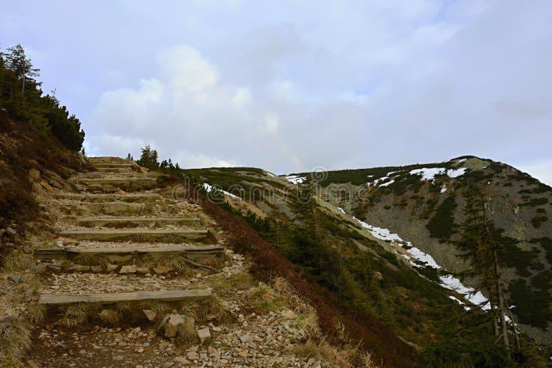Escaleras pedregosas al top de la montaña, República Checa, Europa fotos de archivo