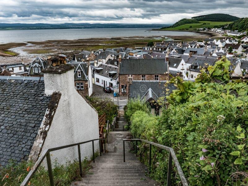 Escaleras que llevan abajo al pueblo de Avoch, isla negra, Escocia imagenes de archivo