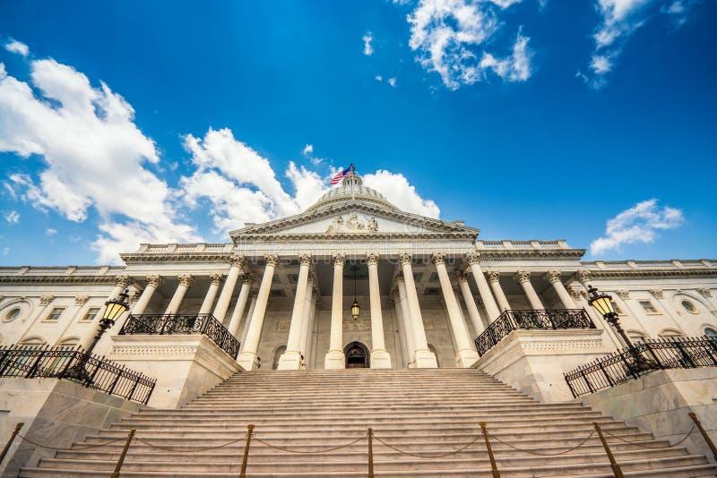 Escaleras que llevan al edificio en Washington DC - fachada del este del capitolio de Estados Unidos de la señal famosa de los E. imágenes de archivo libres de regalías