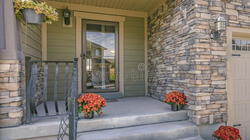 Escaleras que llevan al pórtico con la puerta de cristal reflexiva imágenes de archivo libres de regalías