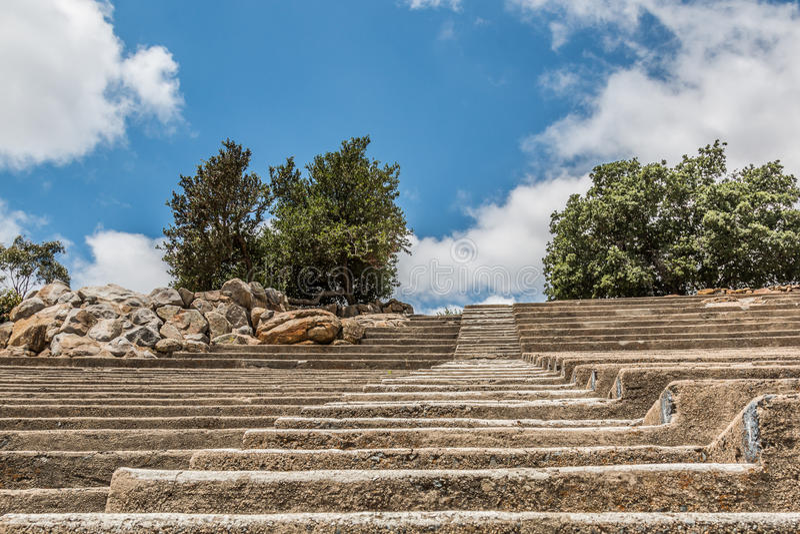 Escaleras que llevan hacia arriba con filas del asiento en el Mt hélice fotos de archivo libres de regalías