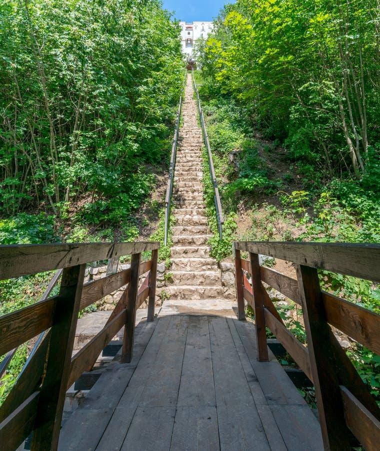 Escaleras que llevan a la torre blanca en Brasov, Rumania imagenes de archivo