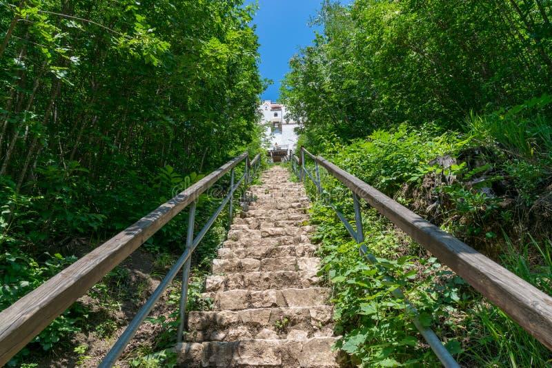 Escaleras que llevan a la torre blanca en Brasov, Rumania fotos de archivo