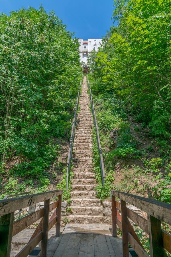 Escaleras que llevan a la torre blanca en Brasov, Rumania imagen de archivo libre de regalías